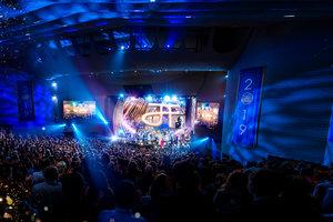Una Celebración del Cumpleaños para la Posteridad: Scientologists de 70Naciones se Reúnen para Honrar al Fundador L.RonaldHubbard