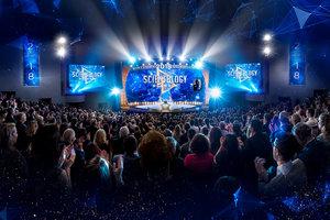 Tausende versammeln sich anlässlich des Geburtstags vom Gründer der Scientology und um den Start unablässiger Verbreitung zu erleben