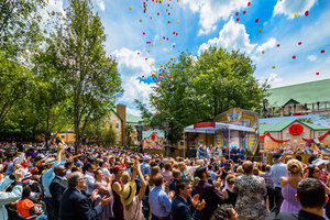 Fesligt humør: Johannesburg byder velkommentil en ny Scientology kirke med enlevende fejring