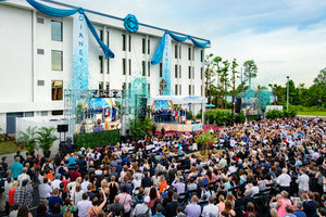 """En stjerne bryder frem i """"The City Beautiful"""", idet båndet falder på den nye Scientology kirke"""