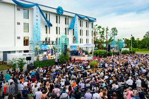 En stjerne skinner i «Den vakre by» mens båndet daler på den nye Scientology Kirken