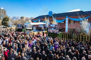 No Espírito dos seus Pioneiros Históricos, aCidade de Salt Lake Saúda a Primeira Igreja Ideal de Scientology de Utah.