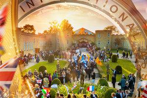 驚くべき業績:人道主義活動の成功を祝う豪華なIASの週末