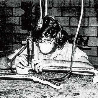 查克.狄林學習製作琴頸