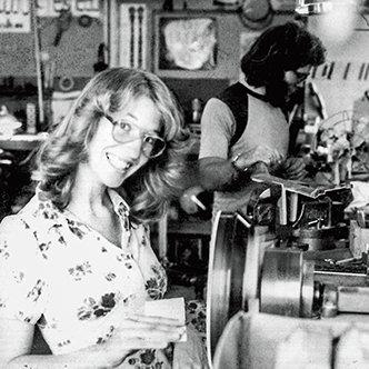 Janet Deering sliber en potte på en snurrende drejebænk