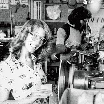 Janet Deering schleift einen Rahmen an einer Drehbank