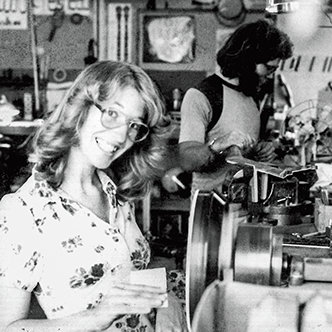 Janet Deering sliper en beholder på en snurrende dreiebenk