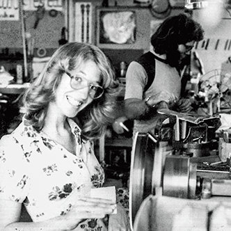 Janet Deering sandar en potentiometer på en svarv