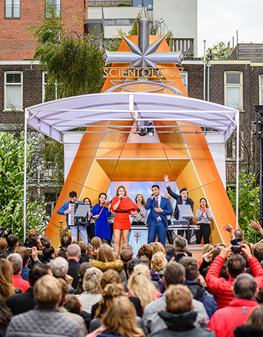 Rammer hver tone. Underholdning under indvielsen af Scientology Kirken i Amsterdam