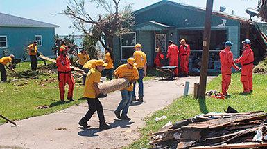 Саентологические волонтёры поддерживают жертв урагана в Техасе.