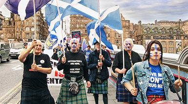 Una marcia di protesta del CCHR in Scozia