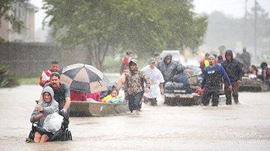 志願牧師在哈維颶風災後救災