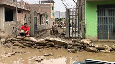 יועצים רוחניים מתנדבים בפרו אחרי שגשמים כבדים גרמו למפולות בוץ ושיטפונות קטלניים.