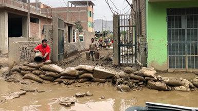 Frivillige prester i Peru mens kraftig regn forårsaker oversvømmelser og farlige jordskred