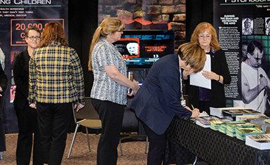 CCHR bood belangrijke informatie over de geestelijke gezondheidszorg aan parlementsleden van de staat Nevada en hun assistenten door haar rondreizende exhibitie over de psychiatrie in het regeringsgebouw.