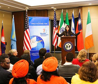 בשיתוף עם ממשלות, ארגונים, בתי-ספר וקבוצות