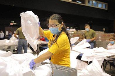 VMs aus Panama arbeiten mit Regierungsbehörden zusammen und bereiten jeden Tag über 50.000Lebensmittelbeutel vor, um die Bedürftigen zu ernähren.