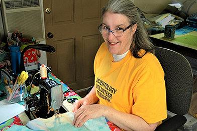 Una Ministra Voluntaria de Seattle ha estado haciendo mascarillas para ayudar a proteger a los trabajadores esenciales.