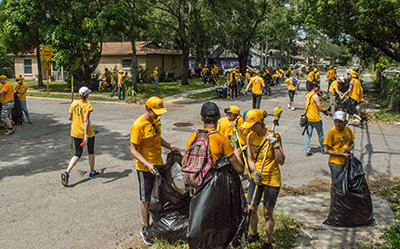 צבא של חולצות צהובות