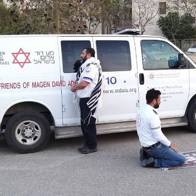 Muslim & Jewish COVID-19 Responders Pray Together in Display of Tolerance & Brotherhood