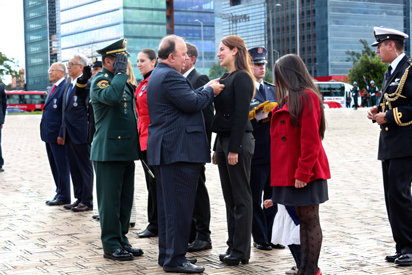Sandra Poveda receives national medal from Colombia's Defense Ministry