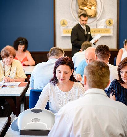 Scientologen nehmen an Kursen teil