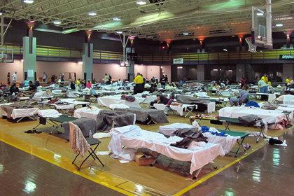 Ministros Voluntários de Scientology a distribuir pessoas pelos abrigos de Nashville.