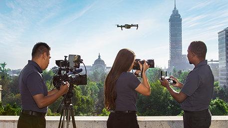 Une équipe de tournage de Scientology Media Productions