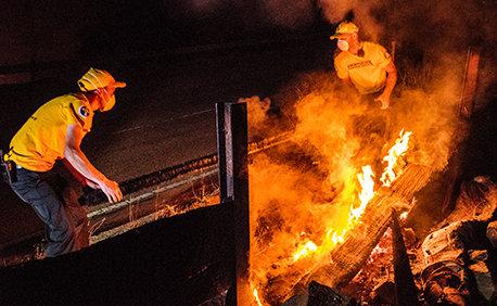 Frivillige Hjælpere hjælper med at slukke brande i Tujunga, Californien
