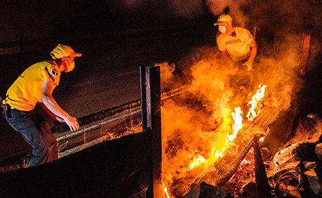יועצים רוחניים מתנדבים עוזרים לכבות שריפות בטוג׳ונגה, קליפורניה