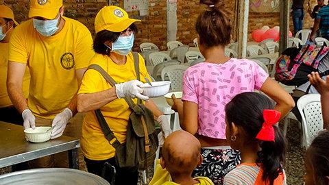Ett färggrant gult tält vid Colombias landgräns väcker hopp hos venezuelaner