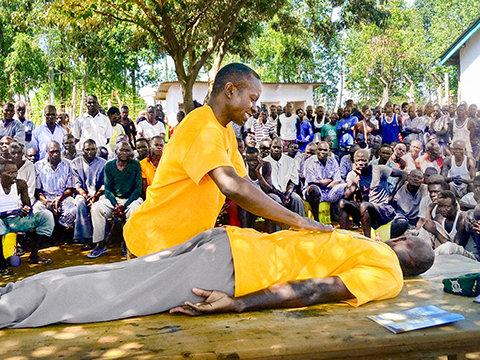 En Scientology Frivillig Hjælper giver nyt håb til kenyanske indsatte