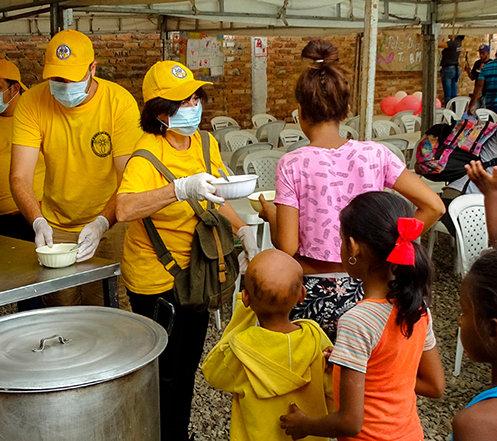 EEN FELGELE TENT OP DE COLOMBIAANSE GRENS GEEFT HOOP AAN VENEZOLANEN