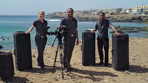 La squadra di cameraman di Scientology Media Productions in Africa