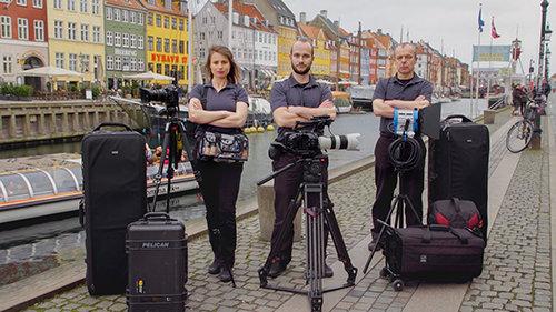 Equipa de filmagens de Scientology Media Productions na Europa