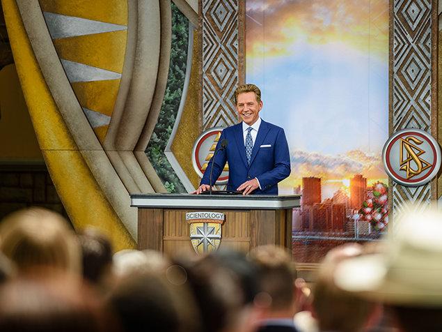 Står i spidsen for indvielsen. Indvielsen af Scientology Kirken i Johannesburg North