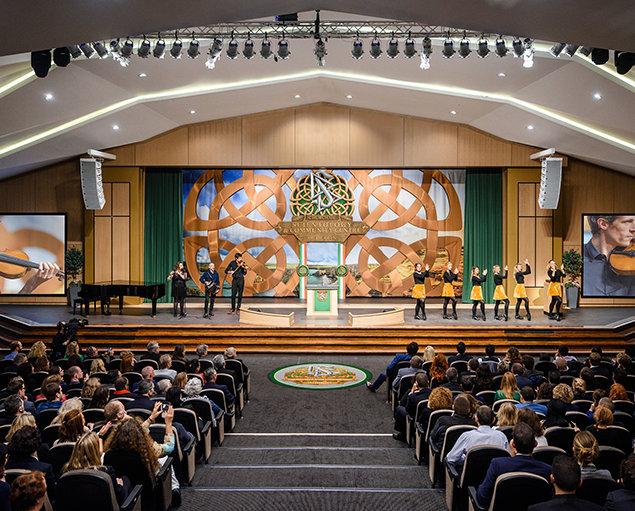 Slavnostní  otevření Scientologického komunitního centra byly poháněny řadou typických irských nástrojů, houslí a flétnou a irskými tanečnicemi.