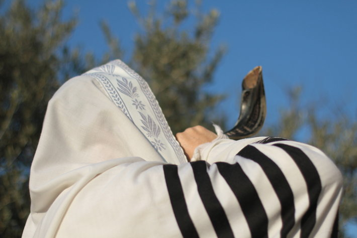 The blowing of the shofar (Shutterstock.com)