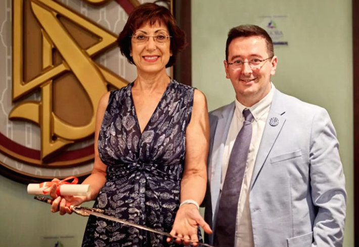 Ms. Adoración Castro Jover, professor of Ecclesiastical State Law, University of the Basque Country, accepts her award.