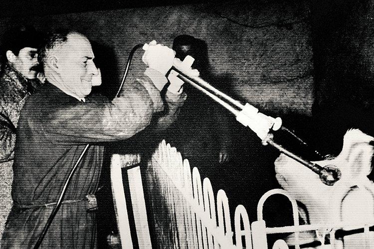 הרעיון של הלם חשמלי הגיע מהפסיכיאטר אוגו קרלטי (למעלה), שראה חזירים באיטליה שנעשים יותר צייתנים ולכן קלים יותר לשחיטה אחרי הלם חשמלי.