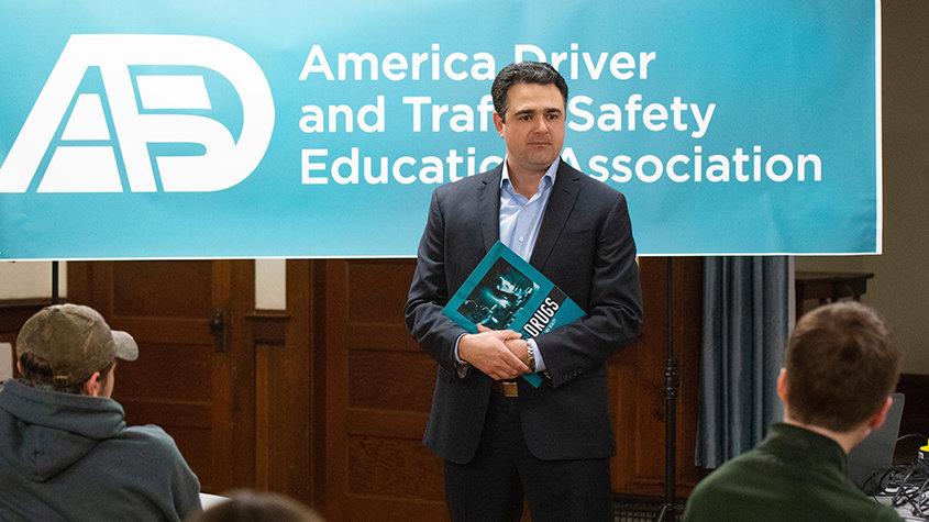 戴倫.塔薩托里為全美國的駕駛教育講師舉辦研習班,讓他們能接著為學生舉辦研習班。