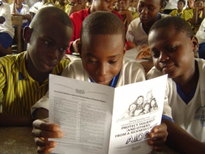 Unge for Menneskerettigheder leverer publikationer og materialer til gruppe-undervisningsaktiviteter.