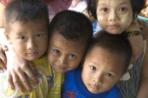 Мывсе рождения имеем равные права.            Всеобщая декларация прав человека Организации Объединённых Наций, Статья1