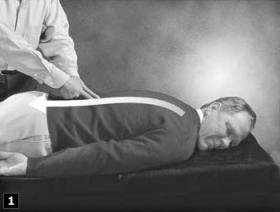 1. 神經援助法的第一個步驟,是用兩隻手指沿著脊椎兩側往下畫。