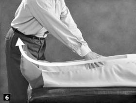 6. Strijk nu van boven naar beneden langs de armen en de benen. Laat de persoon zich dan weer op zijn buik draaien en begin opnieuw met het strijken langs de ruggengraat naar beneden.