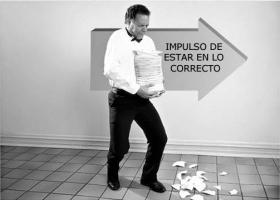 Cuando ocurre una acción equivocada, la persona entra en conflicto entre su acción errónea y el impulso por estar en lo correcto...