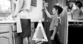 Если одна из вершин треугольника АРО понизится, то и две другие вершины тоже понизятся. На этой иллюстрации ребёнок радостно идёт к своей маме, чтобы подарить ей цветы.