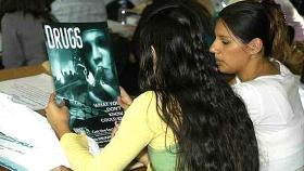 В Лос-Анджелесе члены молодёжного антинаркотического клуба обучаются проводить антинаркотическое просвещение и предотвращать употребление наркотиков в своих районах.