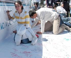 De Drug-Free World Campagne vertegenwoordigt een grote stap in de richting van het voorlichten van een hele generatie, die zo vrij zal blijven van de verwoestingen van drugs. Door middel van evenementen en signeer sessies met geloftes om drugsvrij te blijven, is leven zonder drugs aan miljoenen jongeren over de hele wereld gepromoot.
