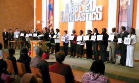 Lors des cérémonies de remise des certificats, à Spanish Lake, des éducateurs et enseignants de différents pays se voient décerner un certificat de spécialiste de la technologie de l'étude.